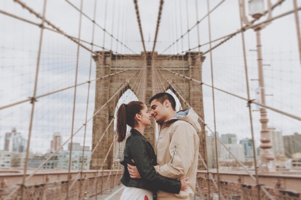 Pareja en puente de Brooklyn