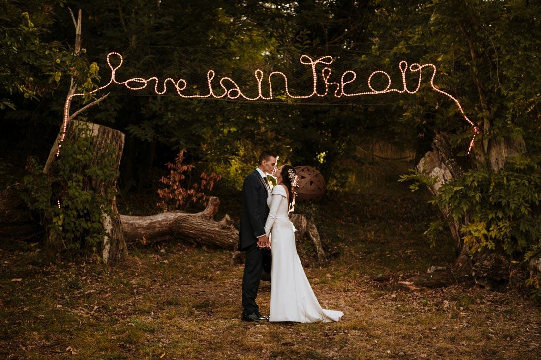 sesión de boda con letras iluminadas