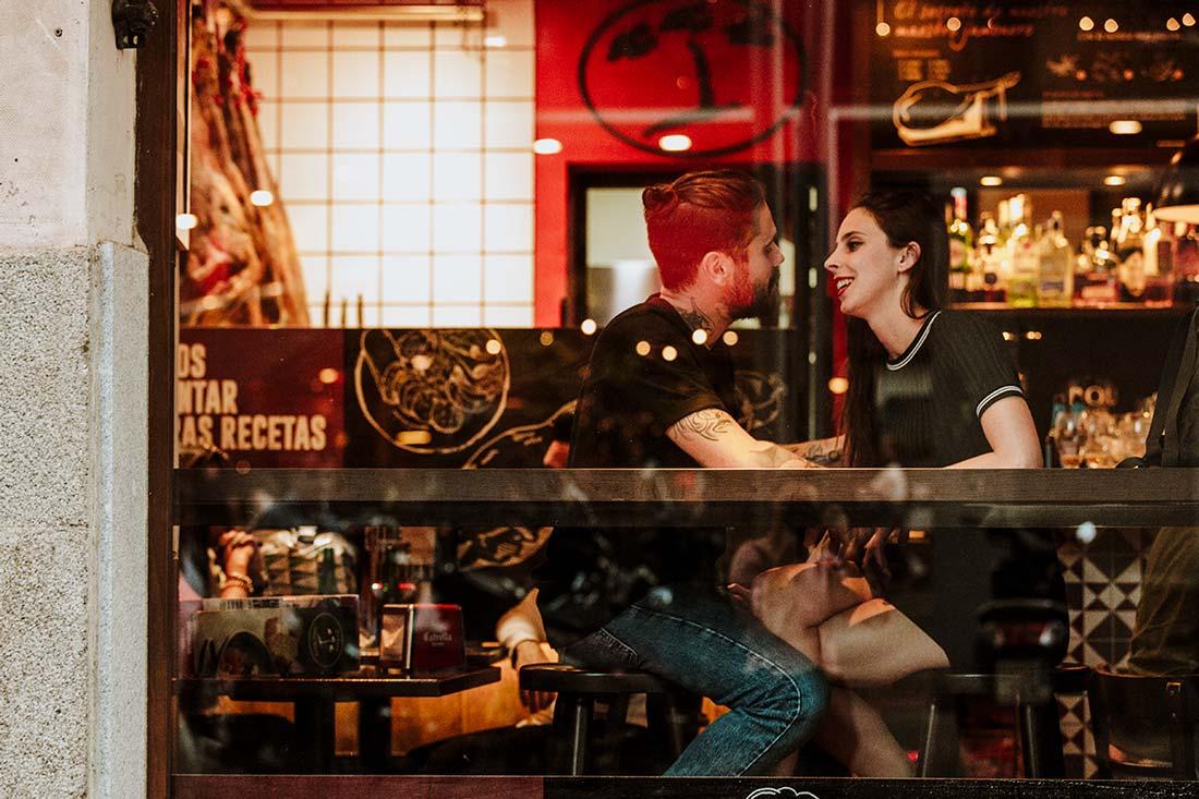 sesión preboda en un bar