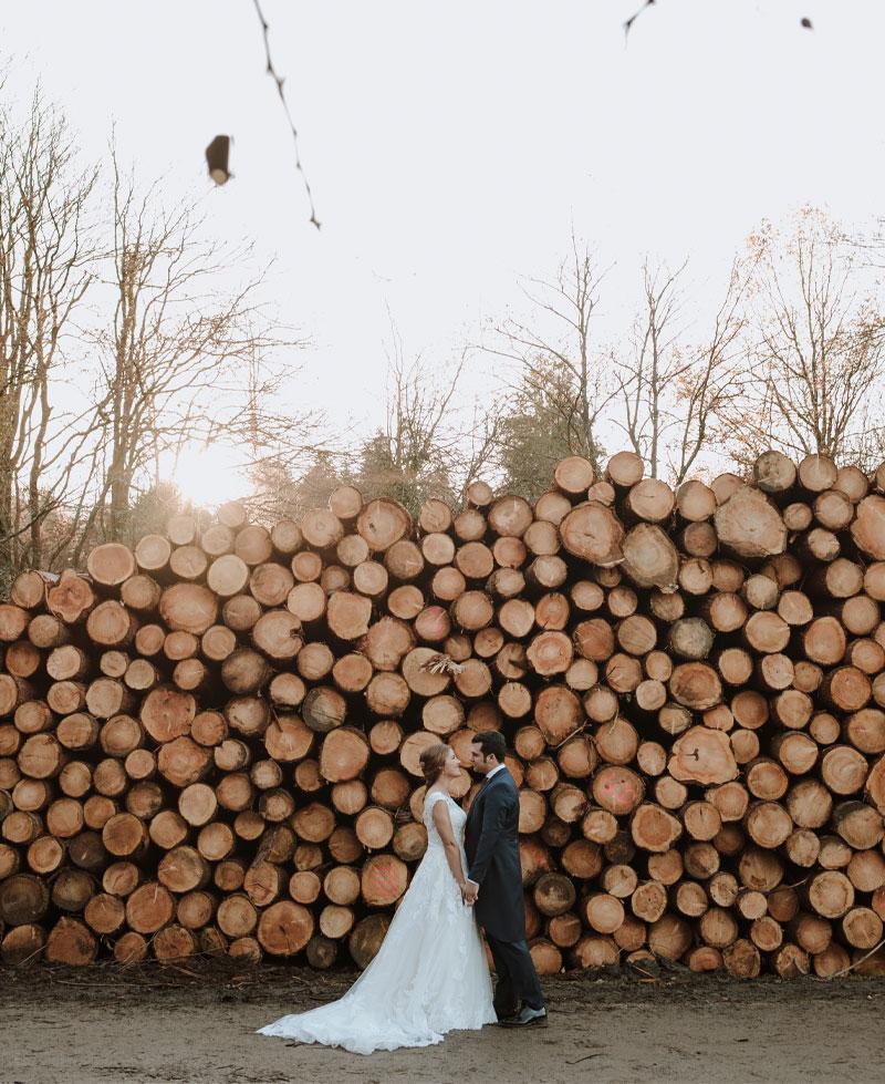 sesión postboda troncos de madera